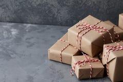 在牛皮纸或当前箱子包裹的圣诞节礼物 库存照片