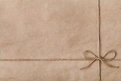 在牛皮纸的一把弓或麻线栓的串 库存图片