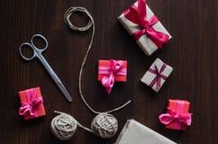 在牛皮纸的礼物与红色丝带 图库摄影