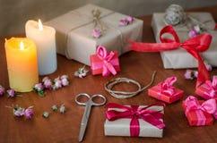 在牛皮纸的礼物与红色丝带 库存图片