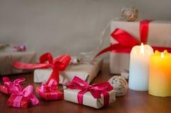 在牛皮纸的礼物与红色丝带 免版税库存照片