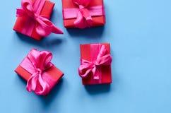 在牛皮纸的礼物与红色丝带 免版税库存图片