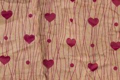 在牛皮纸的红色心脏 背景看板卡grunge爱纸张 日明信片s华伦泰 ba 免版税库存图片