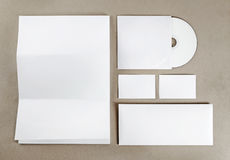 在牛皮纸背景的空白的文具 库存照片