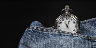 在牛仔布口袋的怀表 库存照片