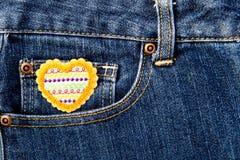在牛仔布的心脏 免版税库存照片