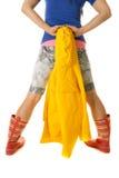 在牛仔布短裤和起动的妇女腿拿着黄色雨衣  库存照片