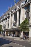 在牛津街道上的Selfridges大型商场,与著名时尚精品店的购物的邮件和大商店 库存照片