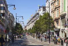 在牛津街道上的Selfridges大型商场,与著名时尚精品店的购物的邮件和大商店 免版税图库摄影