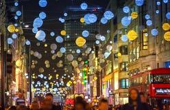 在牛津街道和许多的圣诞灯装饰人 库存图片