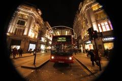 在牛津街道的伦敦公共汽车在晚上 免版税库存图片