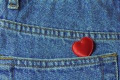 在牛仔裤口袋的一点心脏 库存图片