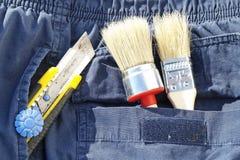 在口袋的刷子和刀子 免版税库存图片