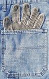 在口袋的运作的手套 免版税库存照片