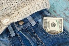 在牛仔裤口袋的100美元 库存图片