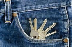 在牛仔裤的一个口袋的钥匙。 库存照片