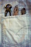 在牛仔裤的口袋的工作工具 免版税库存图片