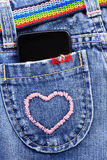 在牛仔裤的口袋的巧妙的电话 图库摄影