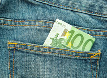 100在牛仔裤的口袋的欧元 库存照片