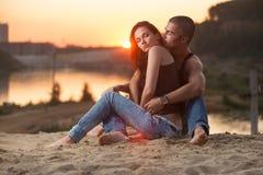 在牛仔裤的夫妇在海滩 免版税图库摄影