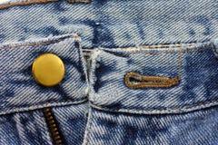 在牛仔裤的按钮关闭  库存图片