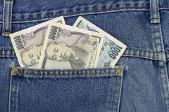 在牛仔裤的日元装在口袋里, 1,000日元, 10,000日元 免版税库存照片