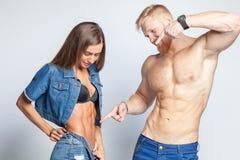 在牛仔裤的运动的夫妇在演播室 库存照片