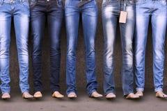 在牛仔裤穿戴的时装模特 库存照片