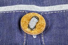 在牛仔裤纺织品特写镜头的Buttom 免版税库存照片