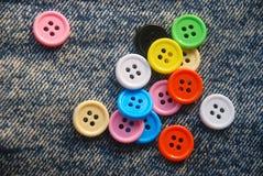 在牛仔裤背景的按钮 免版税库存照片
