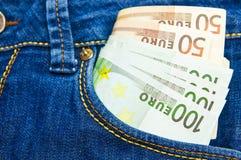 在牛仔裤长裤的一个口袋的很多欧洲金钱 库存图片