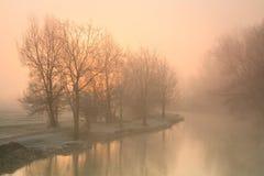 在牛津附近的有雾的泰晤士河。 库存照片