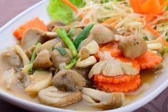 在牡蛎调味汁的油煎的蘑菇 库存照片