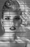 在牢房里面的时尚美丽的妇女 免版税库存照片