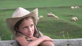 在牧场地,有吃草的绵羊,领域的4K牧羊人农夫女孩的儿童画象 股票视频