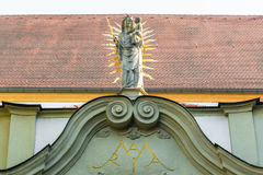 在牧师会主持的教堂的北部门户的玛丹娜雕象,老教堂,在雷根斯堡,德国 库存图片