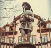 在牧羊人雕塑的老标志有一个管子的在巴法力亚城市的中心 免版税图库摄影