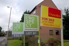 在物产之外的房地产经纪商标志在布拉克内尔,英国 免版税库存照片