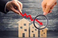 在物产价格的一种衰落 人口衰落 在抵押的下跌的兴趣 减少受欢迎为购买  免版税图库摄影