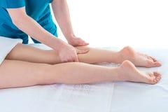 在物理疗法诊所的腿按摩,特写镜头 免版税库存照片