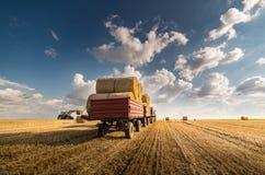 在牵引车拖车的大包 免版税库存图片