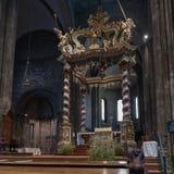 在特伦托大教堂里面的装饰的机盖 库存图片