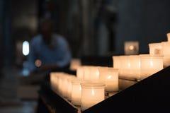 在特伦托Cathetral里面的发光的candels 免版税库存照片