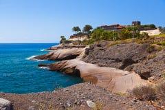 在特内里费岛海岛-黄雀色西班牙使美洲日报靠岸 库存照片