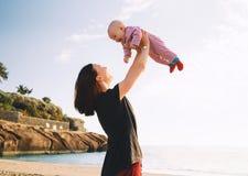 在特内里费岛,西班牙的家庭假日 户外母亲和婴孩在o 图库摄影