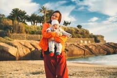 在特内里费岛,西班牙的家庭假日 户外母亲和婴孩在o 免版税库存照片