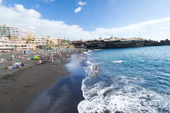 在特内里费岛小的西班牙的黑沙子海滩 库存图片