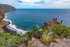 在特内里费岛海岛岩石海岸线的Arial视图在圣克鲁斯市,加那利群岛,西班牙附近的 库存图片