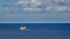 在特内里费岛附近盗版消遣帆船在大西洋 免版税图库摄影