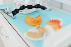 在特写镜头桌上的牙齿印刷品 免版税图库摄影